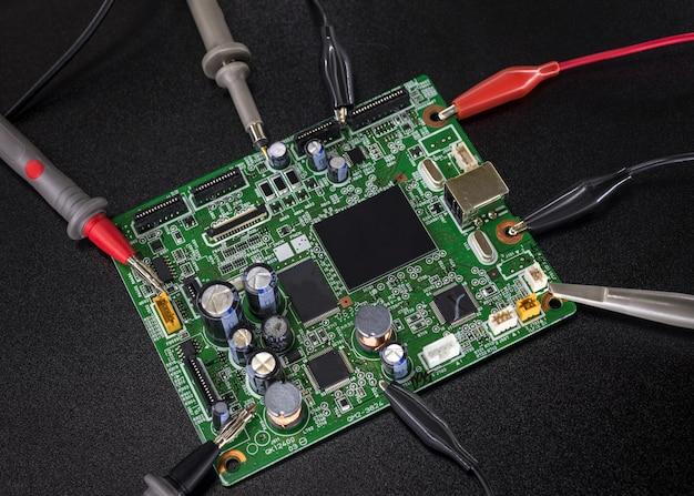 黒の電子回路基板のクローズアップ Premium写真