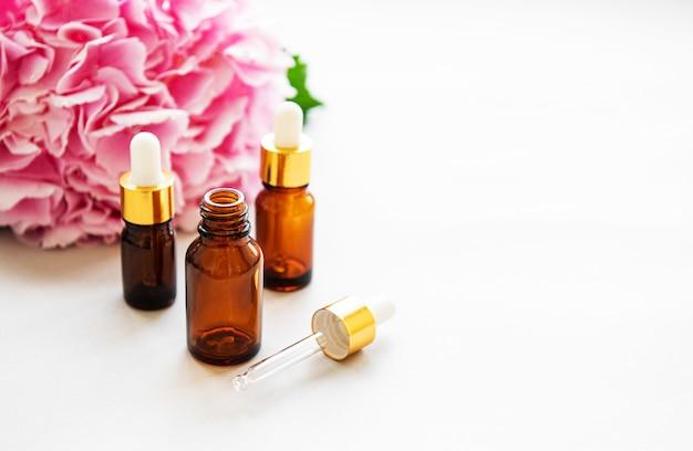 Розовая гортензия и массажное масло Premium Фотографии
