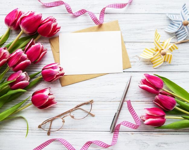 ピンクの春のチューリップとグリーティングカード Premium写真