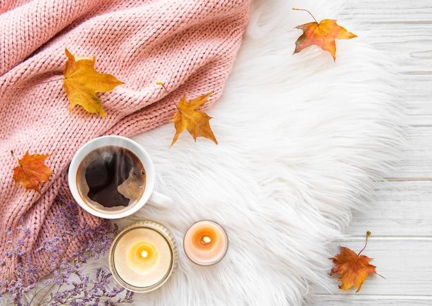 一杯のコーヒーと秋の葉の毛皮 Premium写真