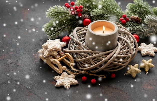 キャンドルとクリスマスの飾り Premium写真
