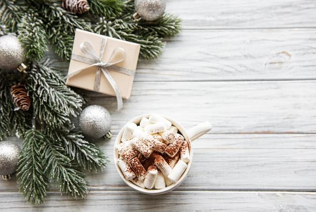 ホットココアとクリスマスデコレーション Premium写真