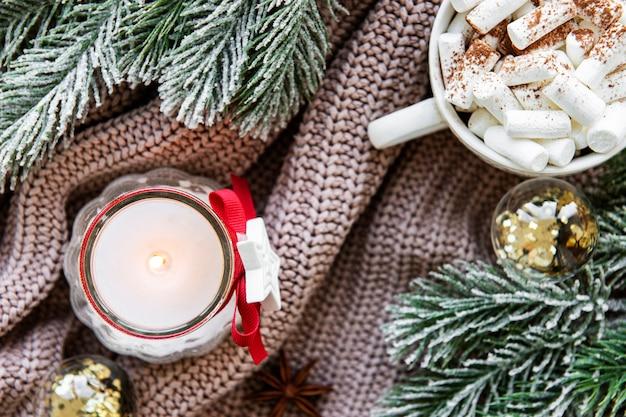 一杯のホットチョコレートと装飾クリスマス組成 Premium写真