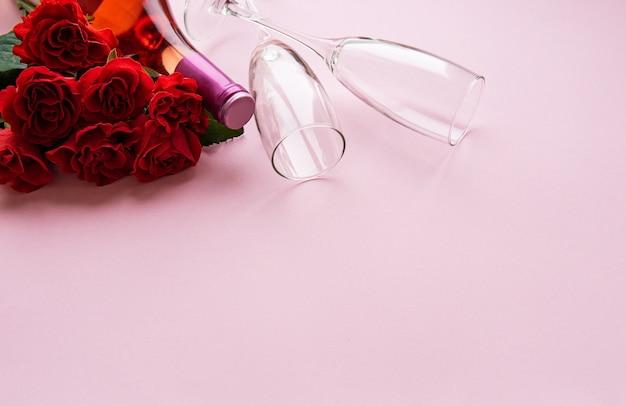 Красные розы и два бокала Premium Фотографии