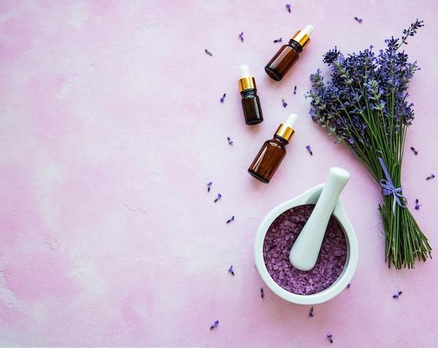 Плоская композиция с цветами лаванды и натуральной косметикой Premium Фотографии