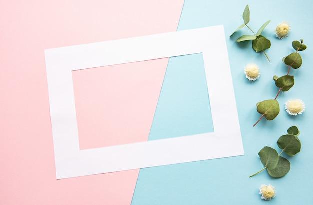 白いフレームとユーカリの葉の花 Premium写真
