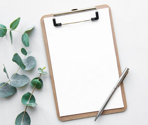 空白の白いクリップボードとユーカリ Premium写真
