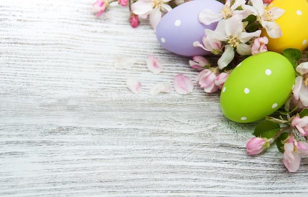 Пасхальные яйца с цветами Premium Фотографии