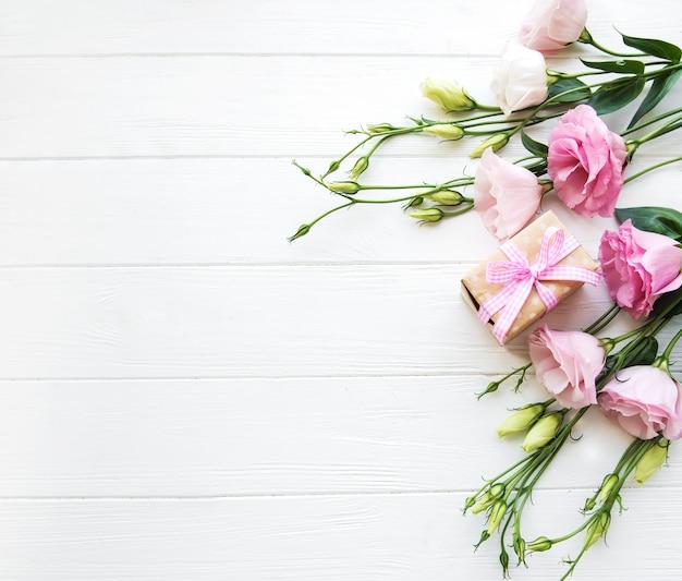 新鮮なピンクのトルコギキョウの花とギフトボックス Premium写真