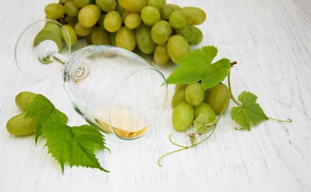 ワインと白ブドウのガラス Premium写真