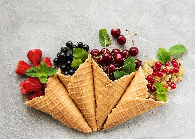 ベリーとアイスクリームコーン Premium写真