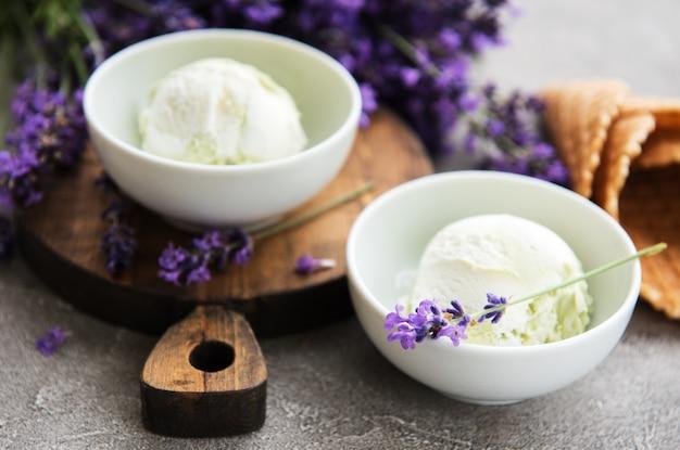 アイスクリームとラベンダーの花 Premium写真