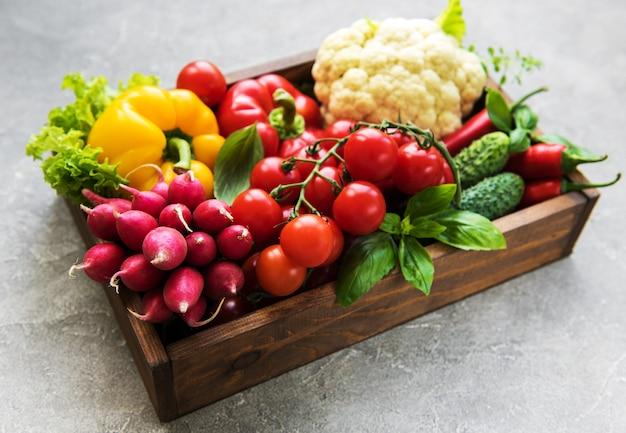 Разные сырые овощи Premium Фотографии