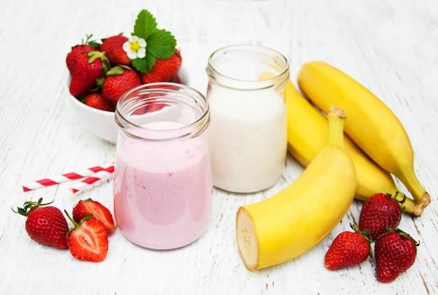 バナナとヨーグルトとイチゴ Premium写真