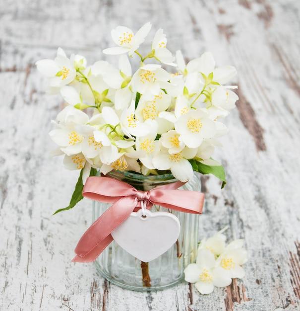 ジャスミンの花瓶 Premium写真