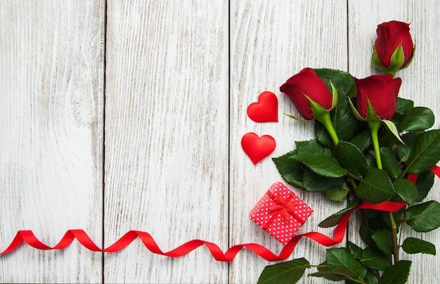バラと赤いリボン Premium写真
