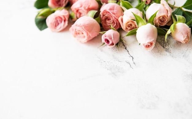 ピンクのバラのフレーム Premium写真