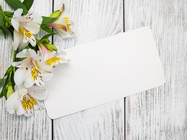 アルストロメリアの花と紙カード Premium写真