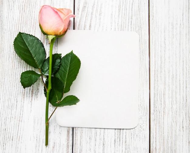 Розовая роза и открытка Premium Фотографии