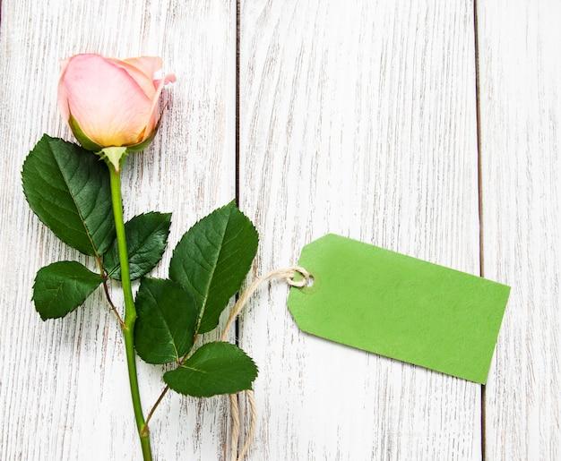 Розовая роза и зеленая бирка Premium Фотографии