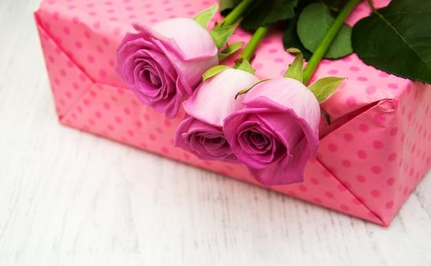 Розовые розы и подарочная коробка Premium Фотографии