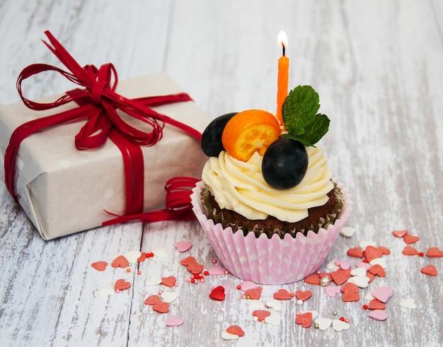 キャンドルとカップケーキ Premium写真
