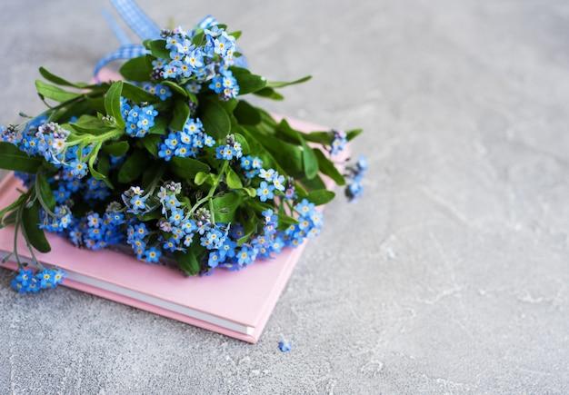 花やノートではなく私を忘れて Premium写真