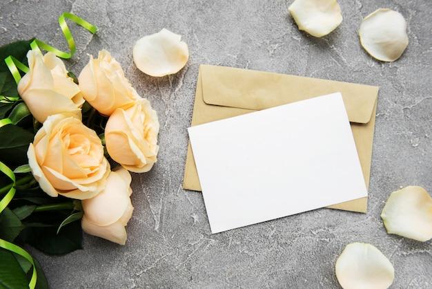 黄色いバラとグリーティングカード Premium写真
