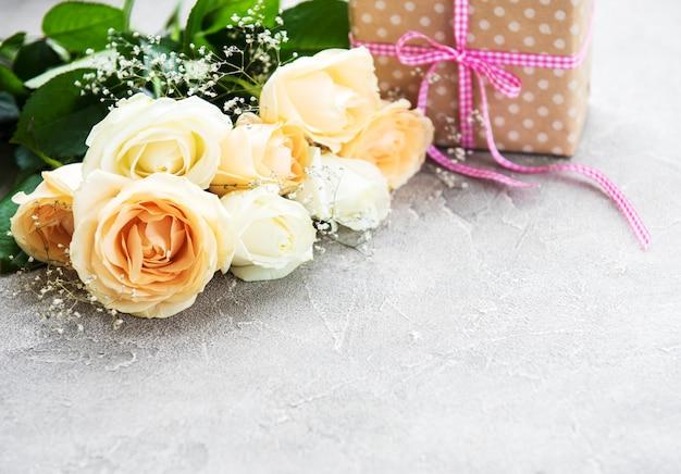 バラとギフトボックス Premium写真