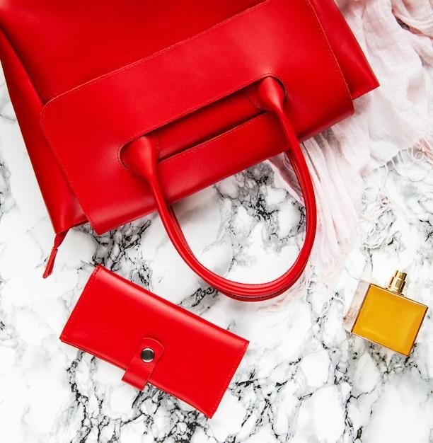 Красная кожаная сумка и аксессуары Premium Фотографии