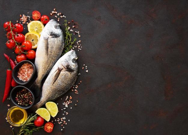 Свежая рыба дорадо Premium Фотографии