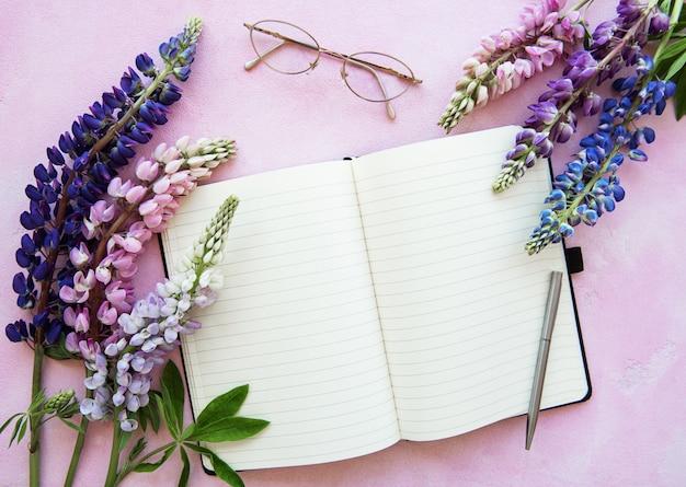 ルピナスの花のモックアップノート Premium写真