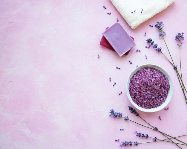 ラベンダーの花と自然化粧品のフラットレイアウト構成 Premium写真