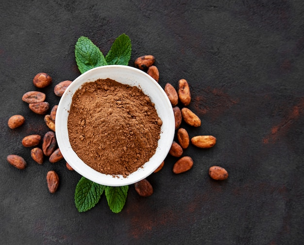 Чаша с какао-порошком и бобами Premium Фотографии