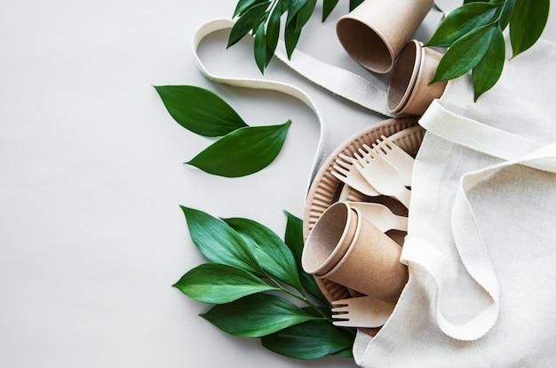 廃棄物ゼロのコンセプト、紙製食器 Premium写真