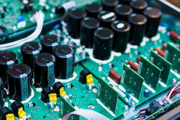 コンピュータ内部のマイクロチップの抵抗器、コンデンサ、その他の電子部品をクローズアップ Premium写真