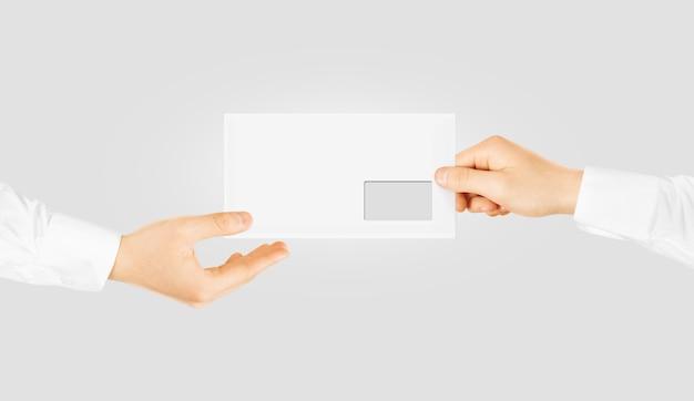 手を与える白い空白の封筒 Premium写真