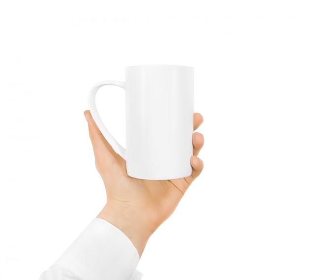 Белая пустая кружка макет, держа руку изолированы Premium Фотографии