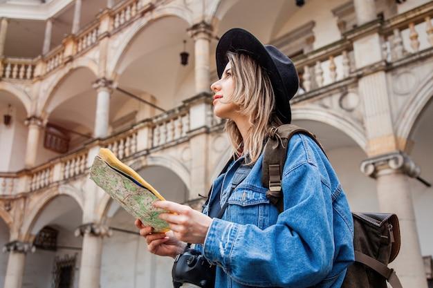 若い女性、古い城のカメラでプロの写真家 Premium写真
