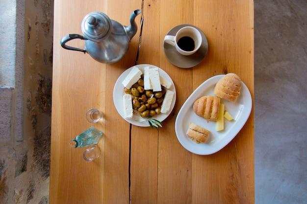 伝統的なクレタ島の朝食、パン、チーズ Premium写真