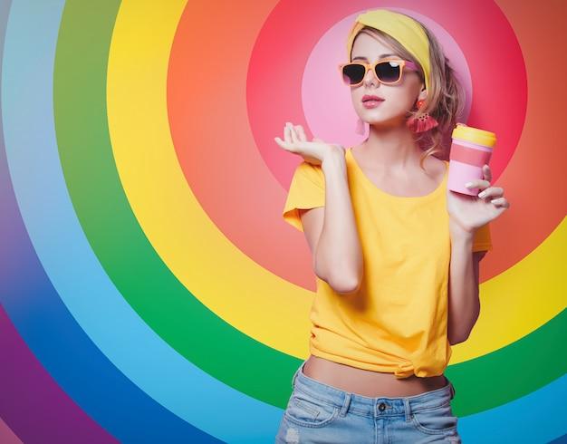 赤一杯のコーヒーを保持している女の子 Premium写真