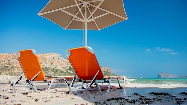 日傘とバロスの海のラグーンでのサンベッド Premium写真