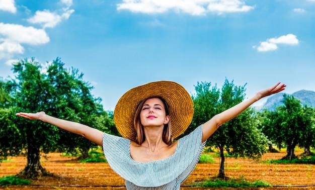 女の子はギリシャのオリーブ園で休憩をとる Premium写真