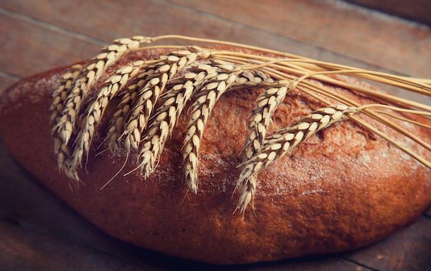 木製のテーブルで美味しいパン Premium写真