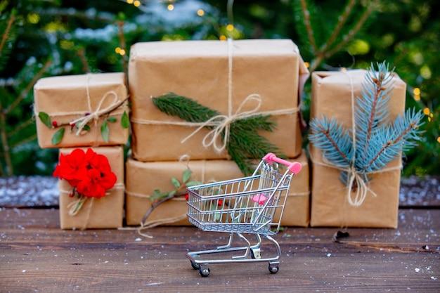 ショッピングカートとギフトボックス Premium写真