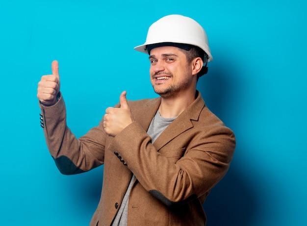 ヘルメットとジャケットの若いエンジニア Premium写真