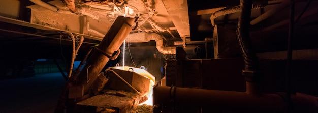 製造工場、重工業機械 Premium写真