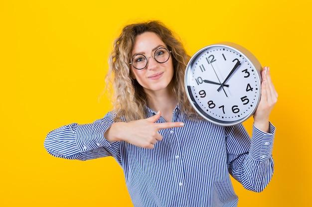 時計とシャツの女性 Premium写真