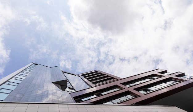 空、不動産外装デザインの豪華な建物の正面の底面図。 Premium写真