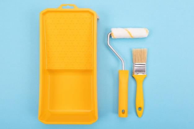 Инструменты рисования. кисть и валик с лотком для краски. макет Premium Фотографии